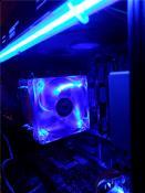 Was macht es ? Es leuchtet blau.