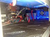 Belüftete und entkoppelte Systemplatte und das Kabelmanagement