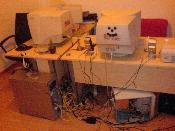 """Gesamtansicht unseres Arbeitsplatzes zu Hause. Links mein System, rechts das meiner Freundin. Im übrigen ein AMD Sempron 2600 Sockel A mit 512MB, 80GB IBM Platte und einer alten Geforce TI4200 64MB! Monitor ist ein 17"""" CRT Medion. Da sie nur Surft, reicht das vollkommen."""