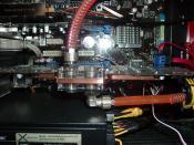 Die Asus 5870 mit dem Aquacomputer aquagratiX Kühler. Oben links sieht man die X-Fi Soundkarte die normal BLAU beleuchtet ist, diese Blaue SMD LED wurde gegn ein ROT getauscht.