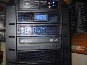 """Hier mal das Frontpanel mit CD + DVD Brenner.Das Loch in der Abdeckung dort wo das Termometer sitzt habe ich selbst """"gebastelt"""""""