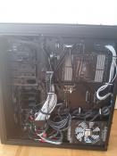 Naja die Kabel haben halt bei der Hardware gestört also mussten sie hier her ;)