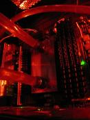 Selbst entworfener, gefräster und fertiggestellter vollkupfer CPU Kühler optimiert auf den AMD Formfaktor, dadurch eine imens große Kühlfläche =) mehr dazu im M&M