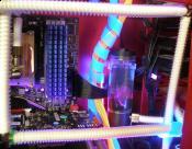 jetzt rechnet eine GeForce für PhysX mit - huch, man sieht die Kabelei!