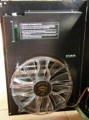 Integrierter Radi in der Seitenwand von einem Yate Loon D22SL-12H gekühlt, darüber der AGB