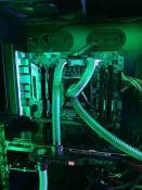 CPU, Spannungswandler und Grafikkarte werden mit wasser gekühlt