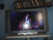 Der LCD Fernseher, auf dem ein HDTV-Video (1080i) über DVI verlustfrei vom PC aus läuft. (Kommt auf dem Pic leider nicht so gut rüber)