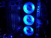 Der DOMINATOR von Corair mit seinen 3 blauen LED-Fans hält den Speicher schön kühl