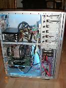 Gehäuse offen ohne Seitenteil, Rechner eingeschaltet