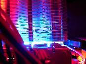 Thermalright SonicTower @ CPU - man beachte die effektvolle blau-rote Beleuchtung :D. Noch ohne entkoppelte und gekühlte HDD oben.