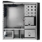Gehäuse Teil 2. Die Innereien ohne eingebaute Hardware. Erklärt gut die Kühlung - man beachte den Platz des Netzteils, den unteren Festplattenkäfig (bestückt mit meinen 3 S-ATA-Platten) und die Tatsache, daß über dem Festplattenkäfig weiterer Platz für Luftströme ist (da ich das Gehäuse nicht allzu vollgepackt habe, zweiter Käfig ist leer)