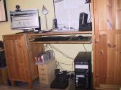 Mein PC, Ok ein bisschen Kabelsalat hinterm Schreibtisch, aber einige Kabel sind einfach zu kurz, die müssen da schräg durchlaufen