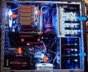 Die Pfeile zeigen den Airflow, die größe hat aber nichts mit der Luftmenge zu tun, alle Lüfter sind geregelt, entweder über das MB (PWM: CPU), Speedfan (Heck und Unten) oder durch einen Tempfühler (vordere Lüfter), drehen im Idle alle mit ~600 rpm, unter Last etwa 1000-1300 rpm