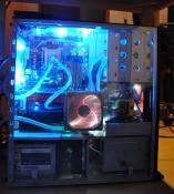 PC von der Seite mit den beiden neuen Schätzchen (der untere Lüfter für Netzteil und HDDs funktioniert mittlerweile wieder und leuchtet den unteren Bereich blau aus).