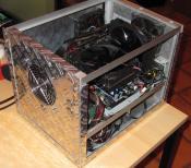 Der ganze Kabelsalat kann einfach unterhalb der Boardebene verschwinden. Das Gehäuse ist zu Zeiten entstanden, wo es noch kein Kabelmanagement bei NTs gab.