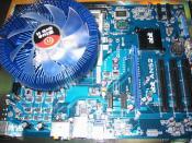 Board, CPU und Kühler.