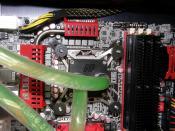 Der Anfi-Tec Soleil01, zuerst für S775 gekauft, verichtet hier gute Dienste ohne die Montageplatte zu wechseln, da Foxconn S775 Mounting-Löcher im BloodRage angebracht hat