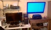 Schlafzimmer mit Haupt-PC und Monitor/Fernseher