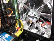 Sogkühlung! Die SSDnow wurde VOR dem oberen vorderen Lüfter montiert. (Bild entstand vor Kabelmanagement) Siehe M&M-Bereich