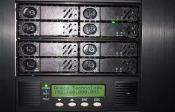 """Unten: Display Controll vom Areca, dadrüber die 8 SSDs im praktischen Fantec 5.25"""" Rahmen"""