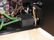 In eine schwarz lackierte Dämmbox eingepackte Laing DDC Pro sorgt für massig Durchfluss und ist dabei kaum wahrzunehmen