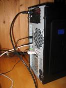 Rückansicht. Am rechten Bildrand sieht man auch noch den Bildschirm mit der UPM des Wasserkühlers und die Temperatur der CPU. --> Wasser-Temp. -> Unter den Tisch kriechen :D