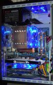 Dezember 2008: Gigabyte GA-EP35-DS3P, Intel Core 2 Duo E8400, XFX GeForce 8800 GT + Gainward GeForce 8600 GT, 320GB Samsung HD321KJ, NT: Super Flower Amazon 80 Plus 550W, Gehäuse NZXT Lexa Blackline