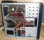 Rechner in vollster Montur, nach dem Ersatz der Palit GeForce 7600 GT durch unten genannte GraKa. Der unsch�ne Kabelsalat ist bedingt durch das Xilence-Netzteil - tut immer noch brav seinen Dienst, hat aber kurze Kabel und ist etwas unflexibel. N�chste Anschaffung geht darein, dann kann alles am Mainboard vorbei verlegt werden (hinter der R�ckwand). Trotzdem mal dickes Dankesch�n an ASUSTek f�rs Zupacken der wiederverwendbaren Kabelbinder (goil!) zum Mainboard, die machen zumindest etwas Ordnung und der Grafikkarte das Leben (sowie dem Bastler das Basteln) ein wenig leichter.