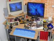 beide Monitore, mittlerweile is der alte abgewandert und der neue steht dort, ebenfalls unaufgeräumter Schreibtisch