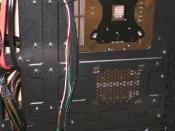 Hier hatte Zalmann in ansätzen eine gute Idee für die SSD. Nachdem mir aber das Stromkabel 2x beim einsetzen der Seitenwand den Abgang gemacht hat, hab ich die da wieder ausgebaut und wo anders untergebracht