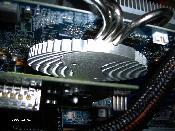 Der Kühler der X800GTO Ultimate Edition auf der Chipseite. Noch ohne entkoppelte und gekühlte HDD oben.