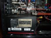 Das Seasonic X-650 Watt Gold Semi-Passiv Netzteil ist der Absolute Hammer, klare Kaufempfehlung !!! Darüber die Asus 5870 mit der Wakü. Man beachte die Rot Lackierte Halterplatte unter dem Netzteil ;) Und denn 120er Radiator rechts des Netzteiles.
